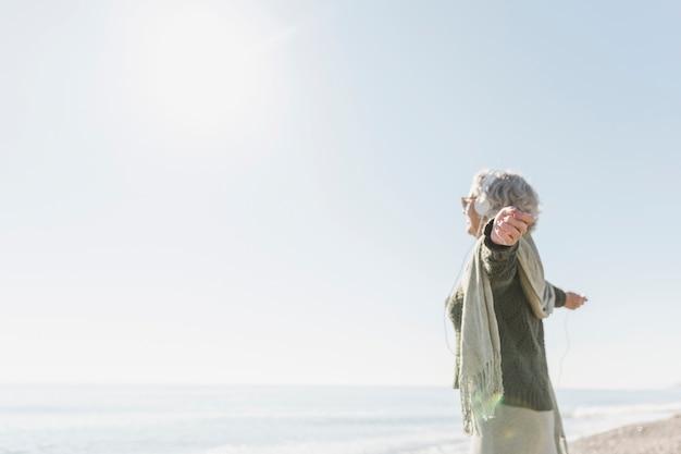Концепция осознанности с женщиной на берегу моря