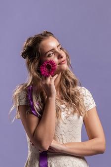 Женщина позирует с хризантемой