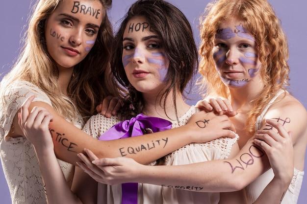 Вид спереди женщин, выступающих за равные права