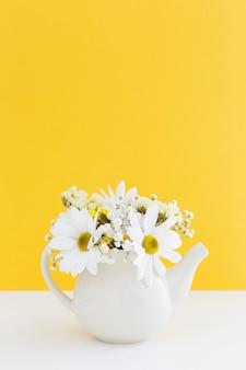 花瓶に白いヒナギクと装飾