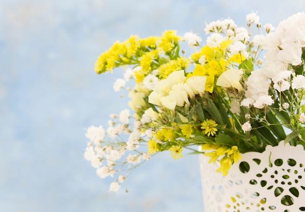 Крупный план красивых цветов в вазе