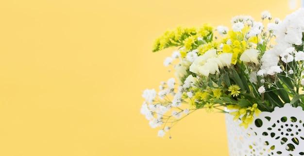 花のフレームとコピースペースで装飾