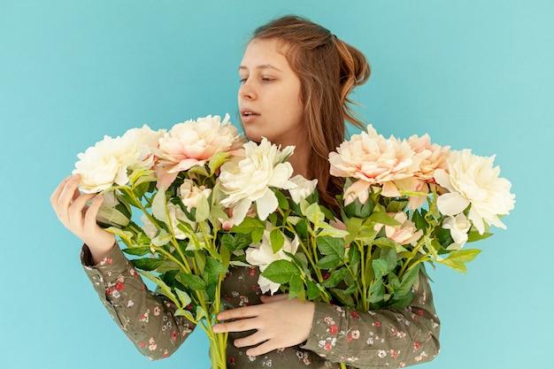 美しい花の花束を保持している女性