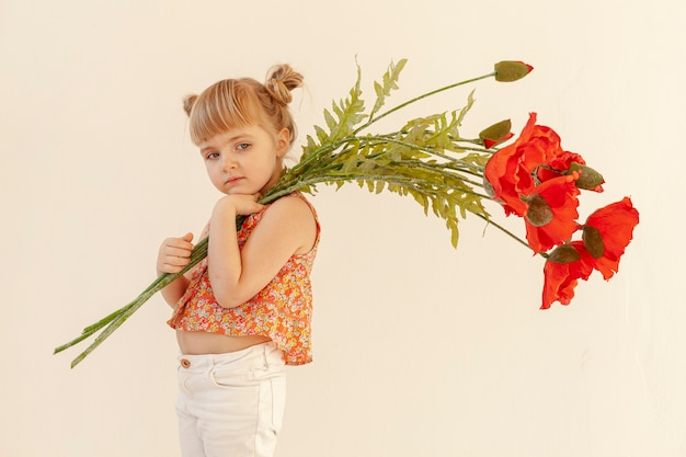 少女が花でポーズ