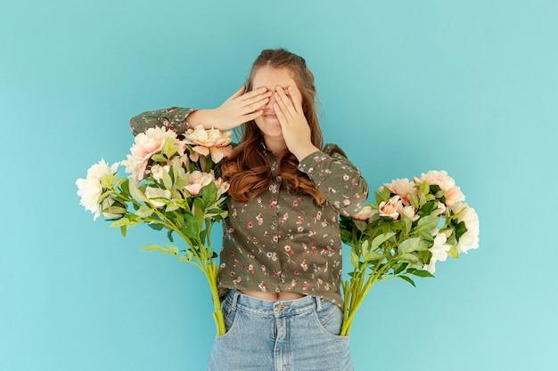 ポケットに花を持つ女性