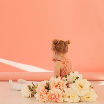 幼児と花の花束の背面図