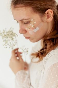 顔に花を持つ女性