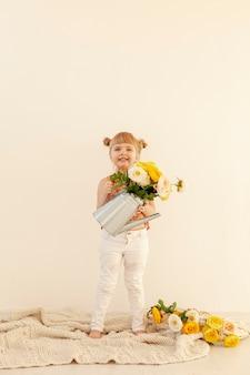 花を保持している幸せな女の子コピースペース