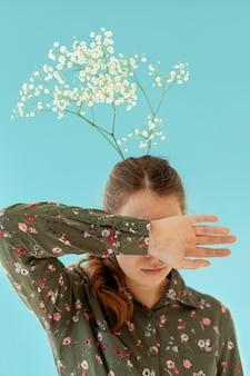 髪に花を持つ女性