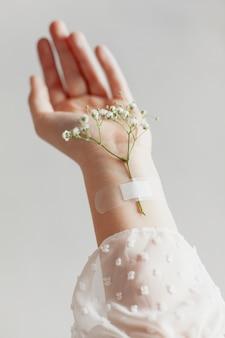 手にテープで留められた素敵な花