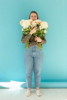花の花束を持って素敵な女性