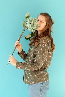 春の花の臭いがするかわいいモデル
