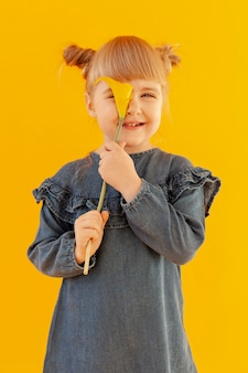 オランダカイウユリの花を持って幸せな女の子