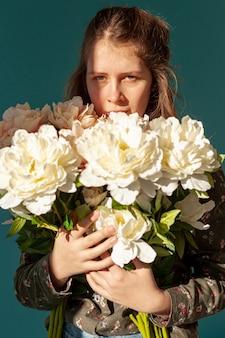 花の花束を保持している女性