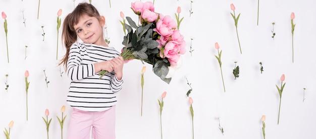 バラの花束を持ってかわいい女の子