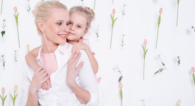 美しい母親を抱き締める少女