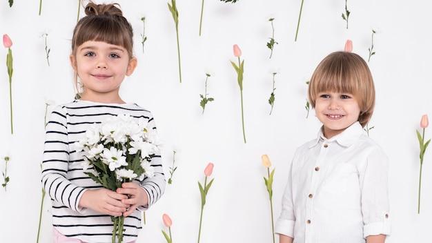 愛らしい小さな男の子と女の子