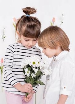 花の花束を見て小さな子供たち