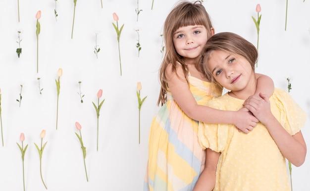 抱き合う愛らしい子供たち