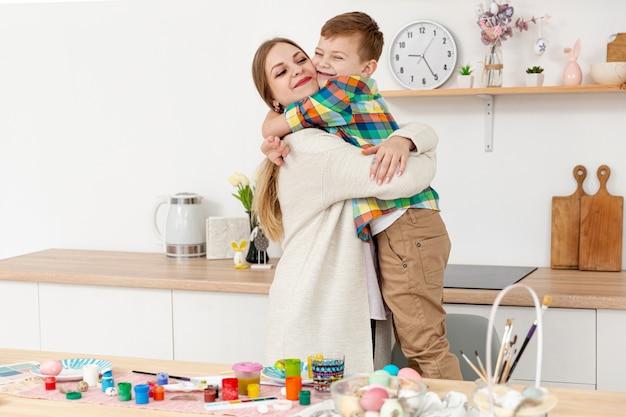 母と息子を抱いて