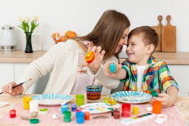 Мама и сын, показывая свои крашеные яйца