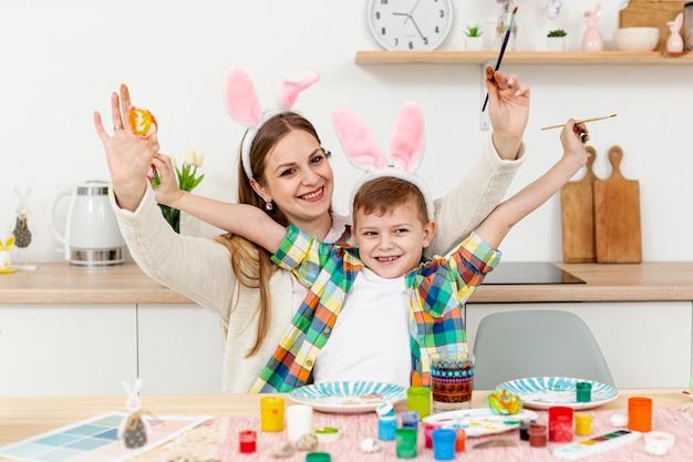 幸せなママとウサギの耳を持つ息子