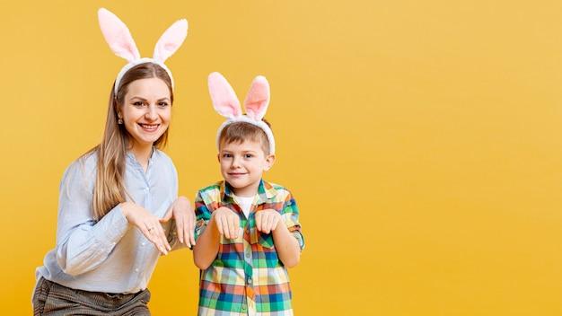 コピースペースの母と息子のウサギを模倣
