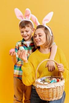 Высокий угол мать и сын, глядя на крашеные яйца