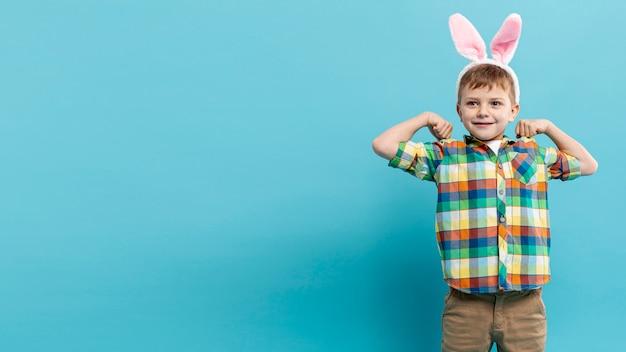 ウサギの耳を持つコピースペースの小さな男の子