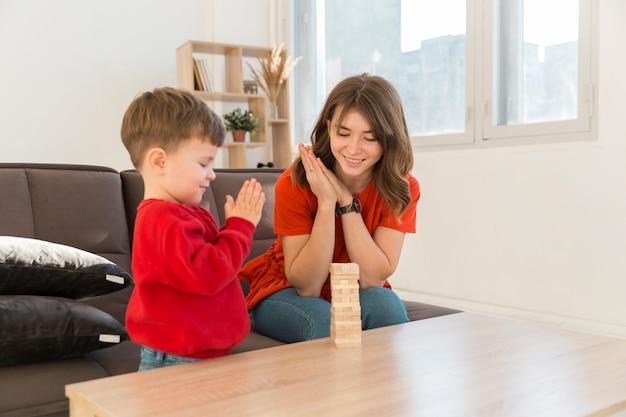 Мама с сыном играют в джангу