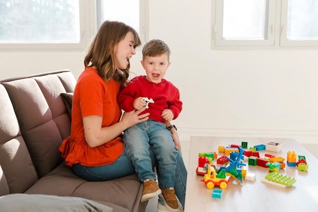 Мама и сын играют с игрушками
