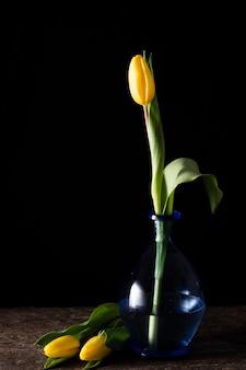 花瓶と横にある黄色のチューリップ