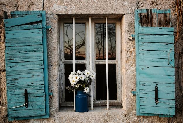 屋外の春の花と花瓶