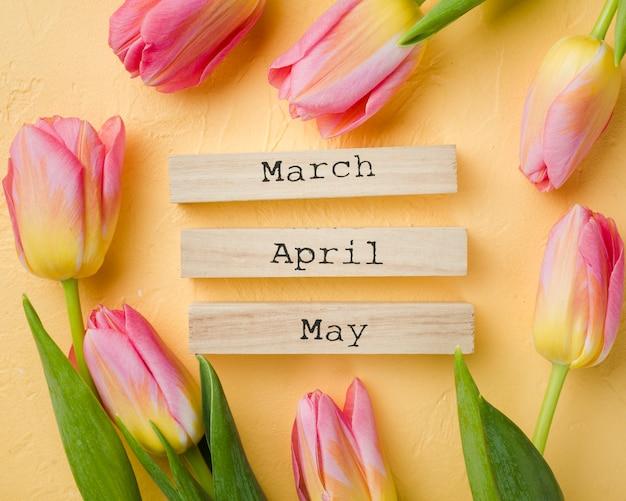 テーブルの上の春の月のタグを持つチューリップ