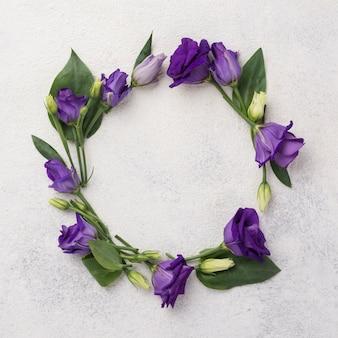 テーブルの上の花の花輪