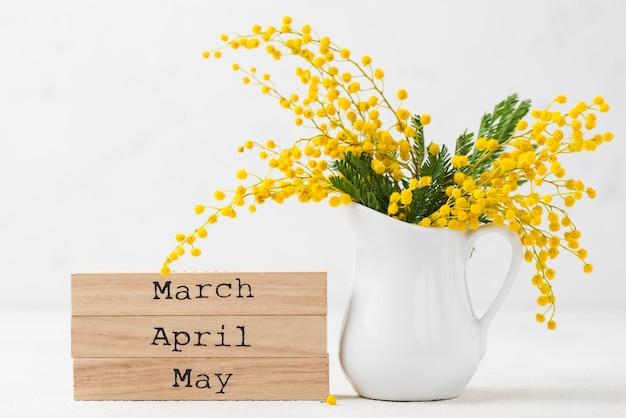 春の花と月