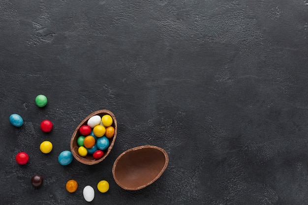 カラフルなキャンディーでいっぱいのチョコレートイースターエッグ