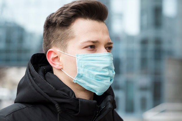 市内の医療マスクを着た男の側面図