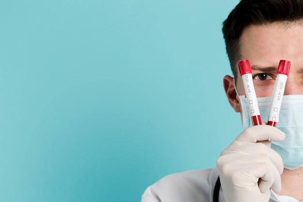 Вид спереди доктора, подняв вакутейнеры с копией пространства
