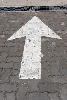 駐車場の先のとがった矢印