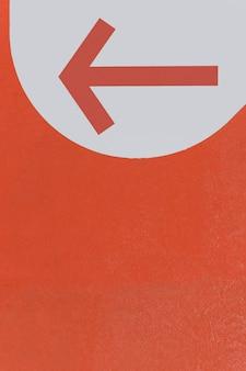 赤い先のとがった矢印とコピースペース
