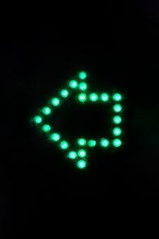 暗闇の中で光る矢印記号