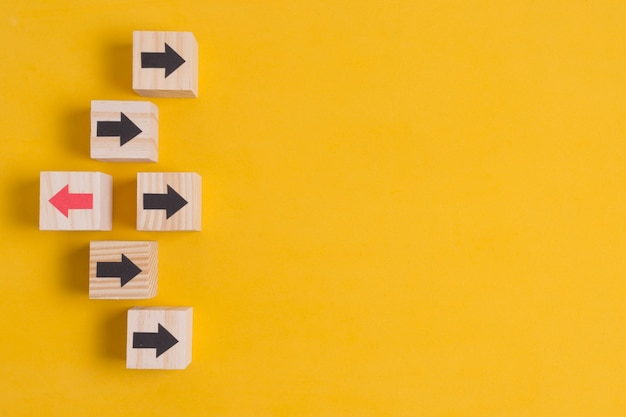 Различные направления стрелки на оранжевом фоне с копией пространства
