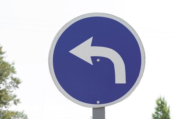 Знак поворота стрелки движения на открытом воздухе