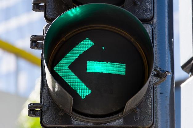 信号機屋外の緑色のライト