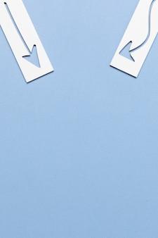 Бумага стрелка дизайн на синем фоне копией пространства