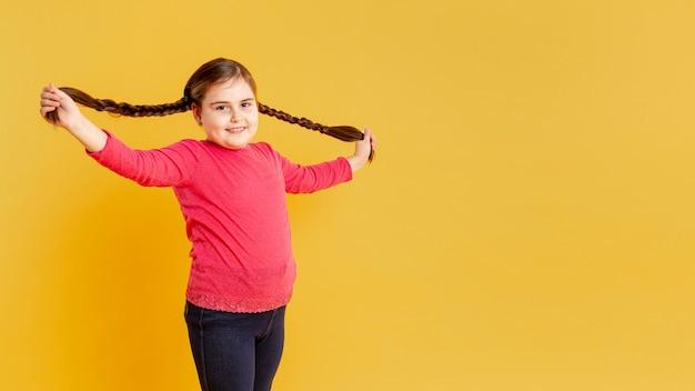 Копия пространство девушка играет со своими волосами