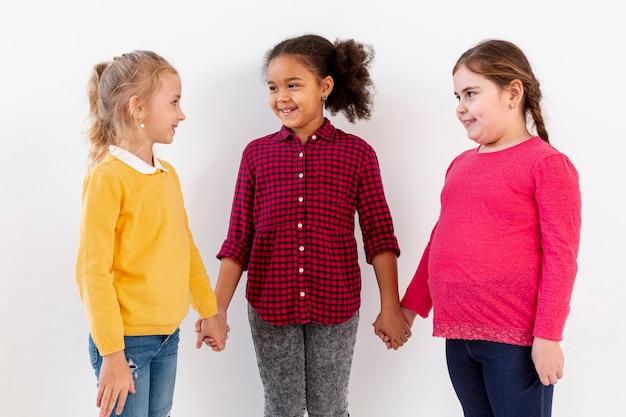 手を繋いでいる小さな女の子のグループ