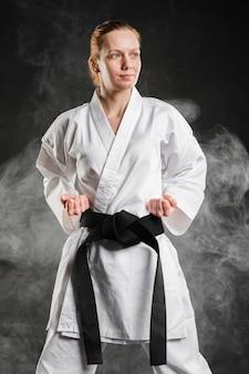 Профессиональный мотивированный боец позирует вид спереди