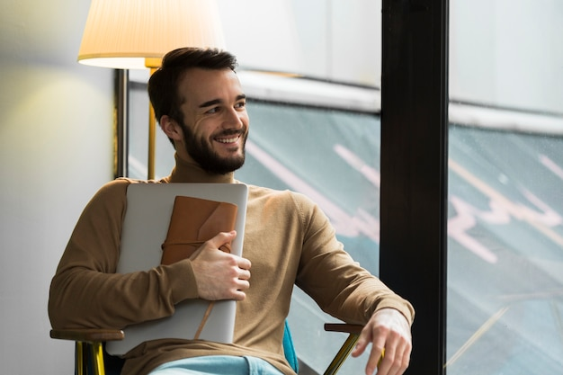 ノートパソコンと議題と高角ビジネス男